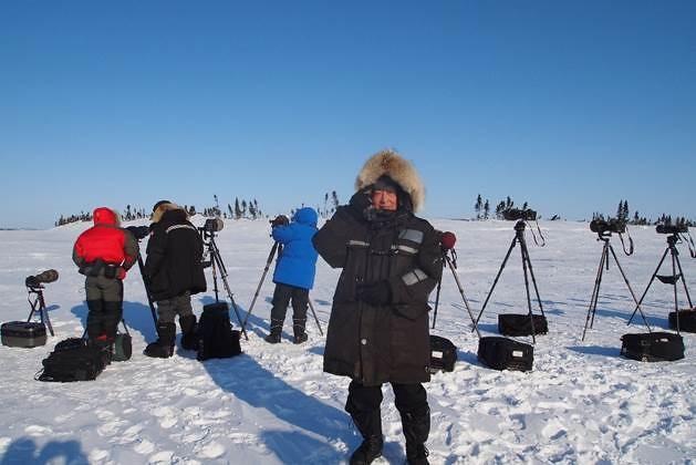 作者與眾攝影師於極地拍照,擷取自《看見真實的北極》,時報出版提供