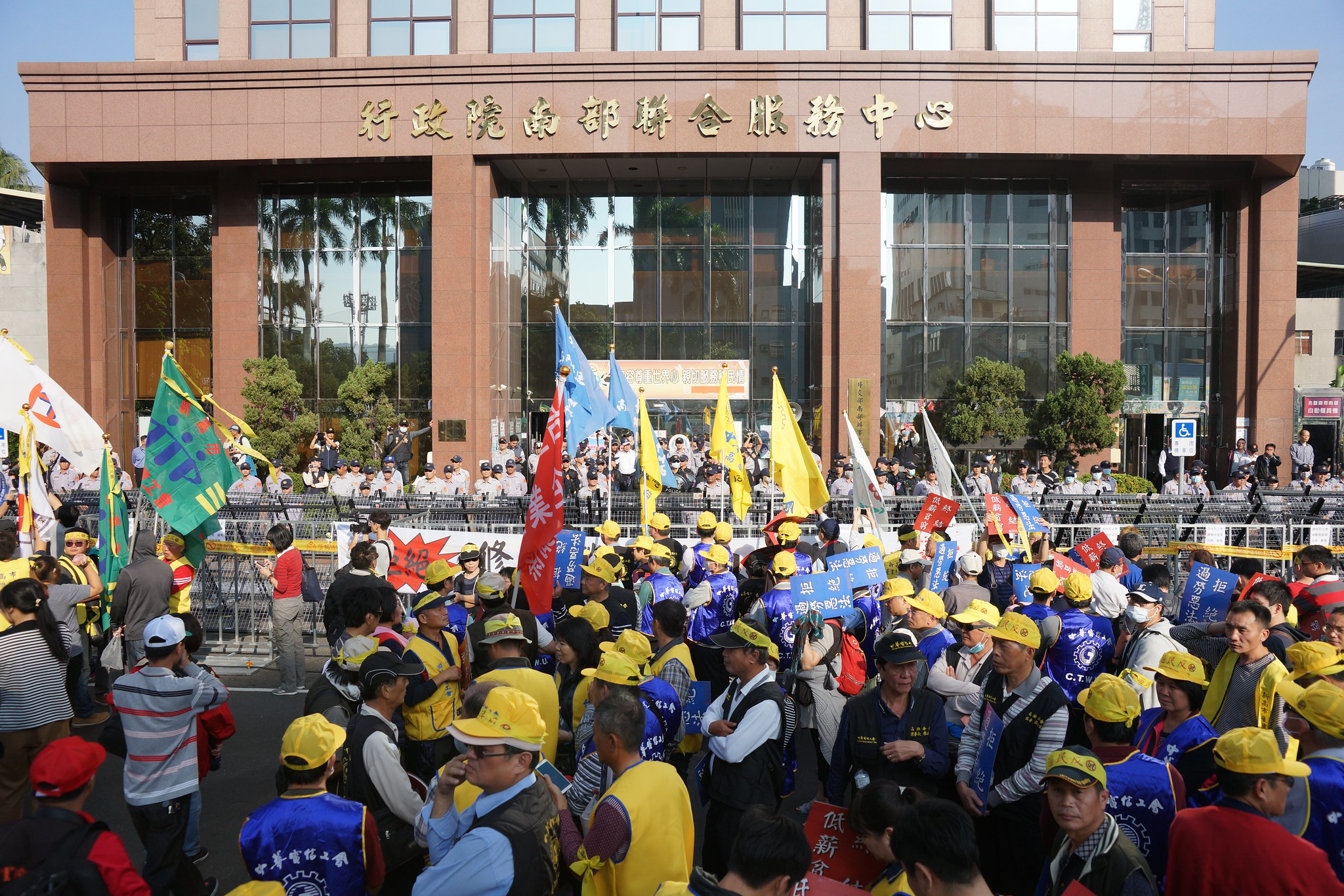 行政院南辦前,警方佈置大量警力、鐵架與拒馬防守。(攝影:王顥中)