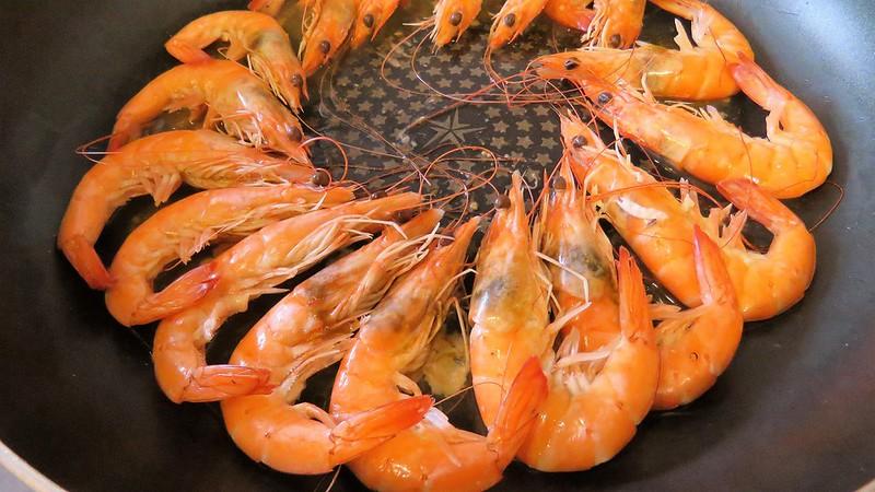 剛烹調處理好的「鹽」選白蝦。來源:成龍濕地三代班,http://wetlandcenter.blogspot.tw/2016/10/blog-post_23.html