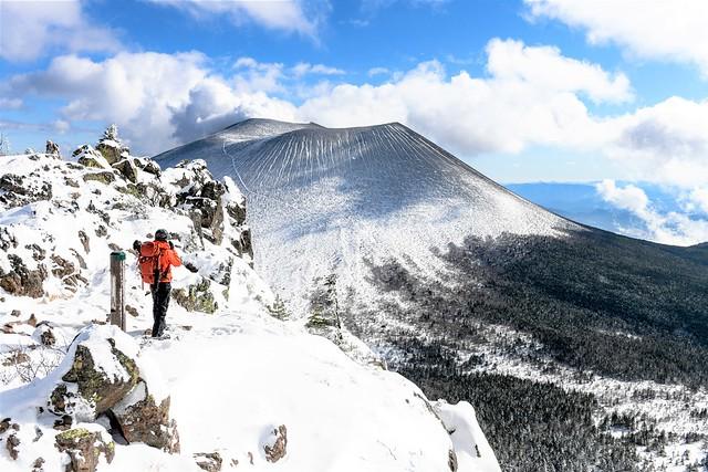 蛇骨岳山頂から望む雪の浅間山(前掛山)
