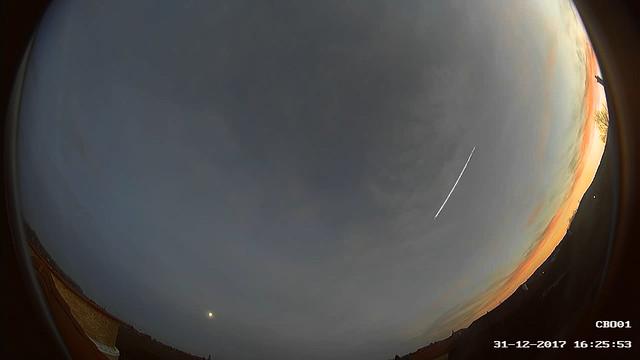 CBO - Kereszty Zsolt győrújbaráti all-sky (teljes-ég) meteorkamerájának felvétele a 2017. dec. 31-i tűzgömbről. Balra lenn a majdnem telehold látszik.