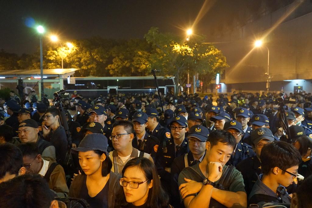 群眾被警圍困兩小時,不能離開上廁所也不能搭車回家,露出非常無奈的神情。(攝影:張智琦)