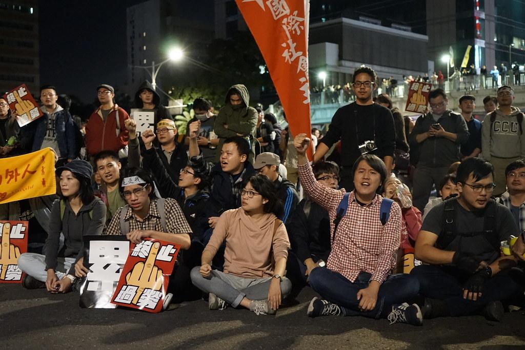 群众坐下挡住中山北路右转忠孝西路侧的车道。(摄影:王颢中)