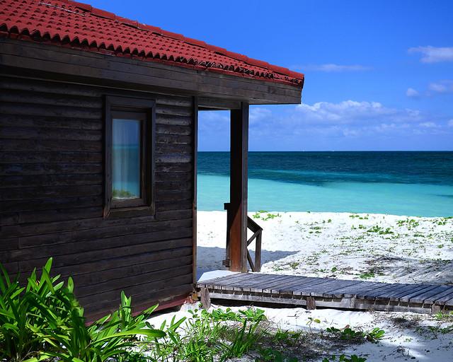 Espectacular día soleado frente a las aguas cristalinas de la playa de Levisa en Cuba
