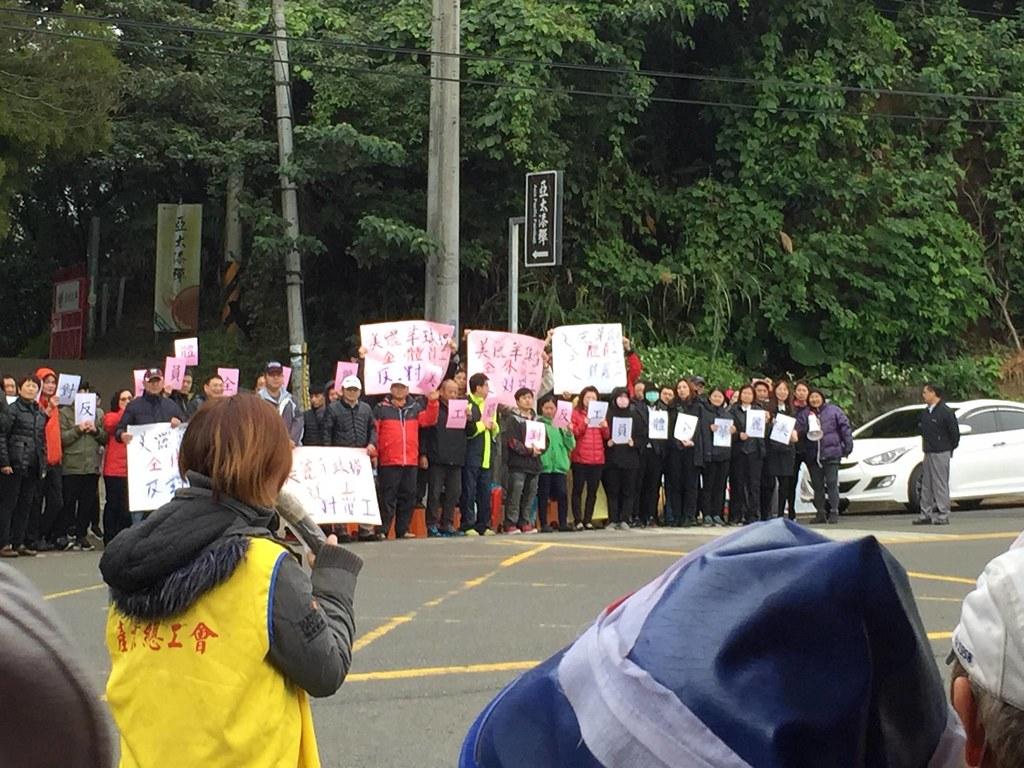 資方集結非工會員工站在罷工的勞工對立面,再次上演「勞勞相殘」場面。(照片來源:桃市產總)