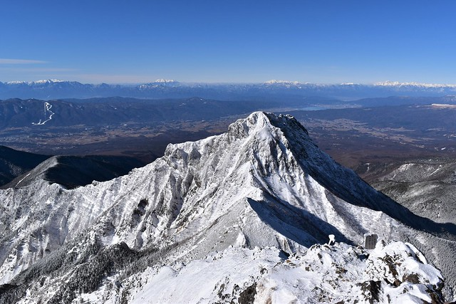 冬の赤岳山頂から眺める阿弥陀岳