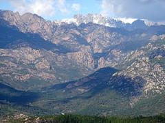 La brèche du Carciara et les aiguilles de Bavedda depuis le sentier de descente de Cinaghja vers la source
