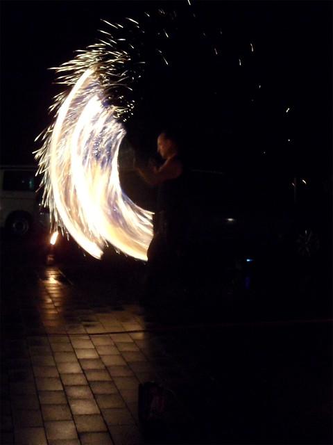 Ein Akrobat schwingt brennende Fackeln