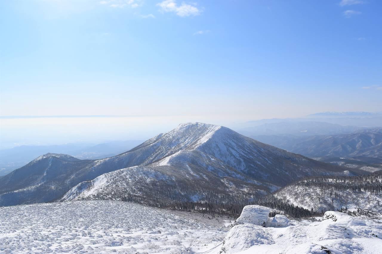 安達太良山山頂からの雪の和尚山