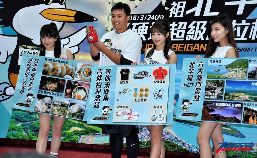 高國慶(圖左2)為馬祖北竿硬地馬拉松站台。(張哲郢/攝)