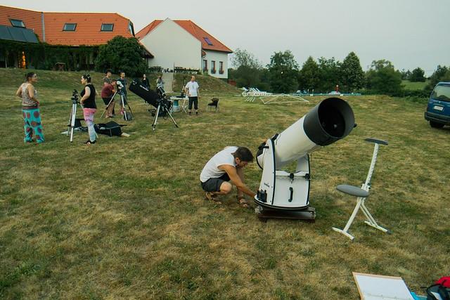 VCSE - A szerző, Varga György készíti elő napnyugta előtt észleléshez 30,5 cm-es Dobson-rendszerű távcsövét (az előtérben lévő fehér színű távcső, mellette guggol a szerző).