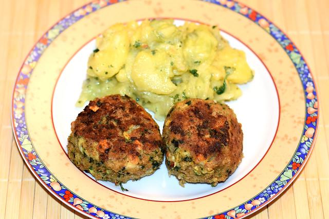 Grünkernbratling Grünkernfrikadelle mit Kartoffel-Gurken-Salat ... vegetarisch, vollwertig, köstlich ... Foto: Brigitte Stolle