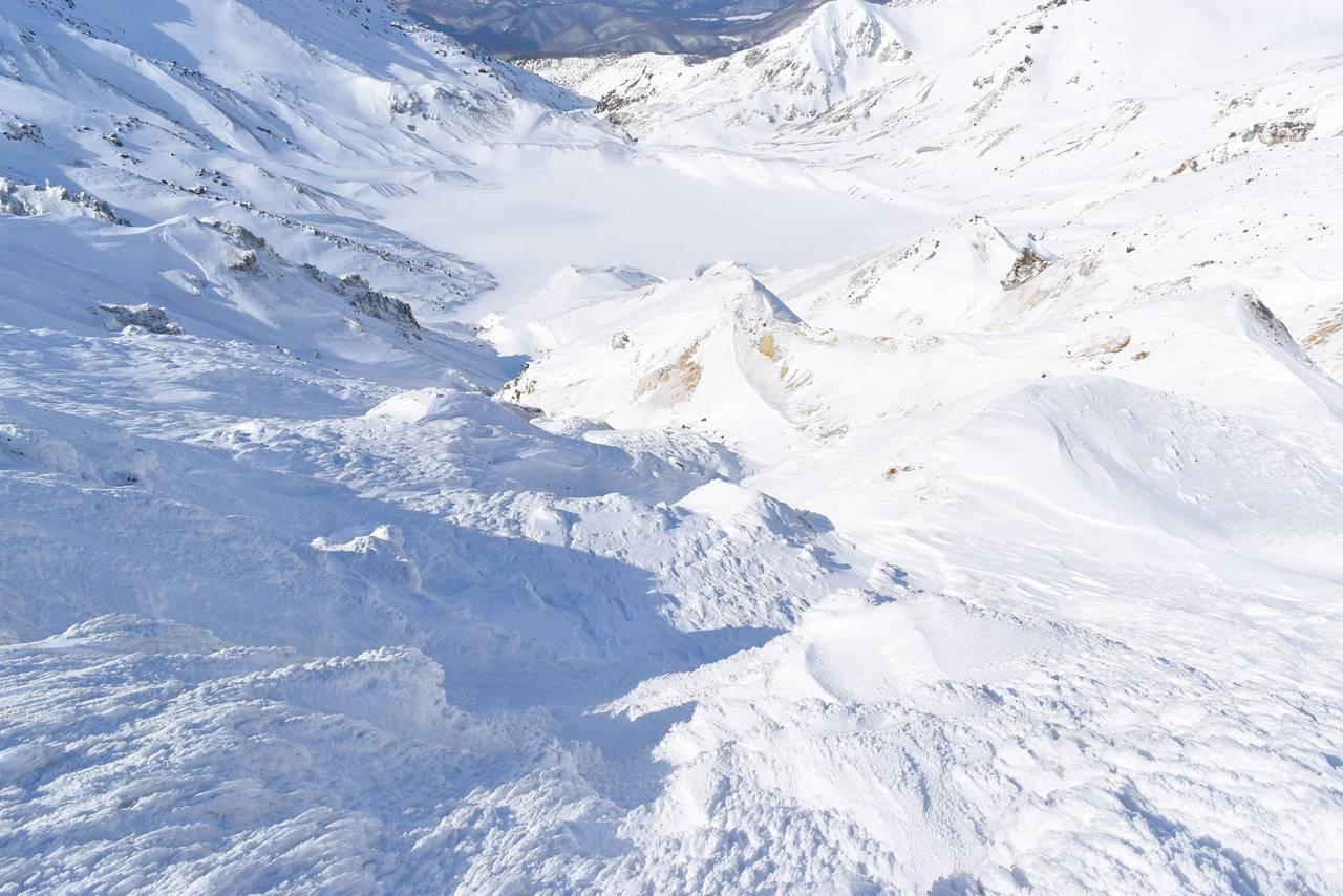 凍結する安達太良山の爆裂火口