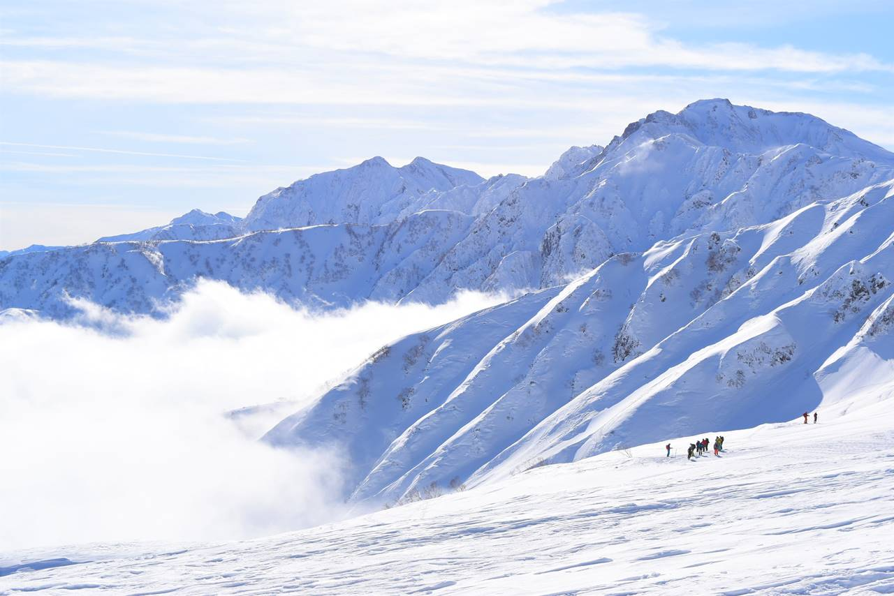 雪の五竜岳~鹿島槍ヶ岳と登山者