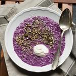 Rotkohlsuppe mit Kürbiskern-Limetten-Crunch