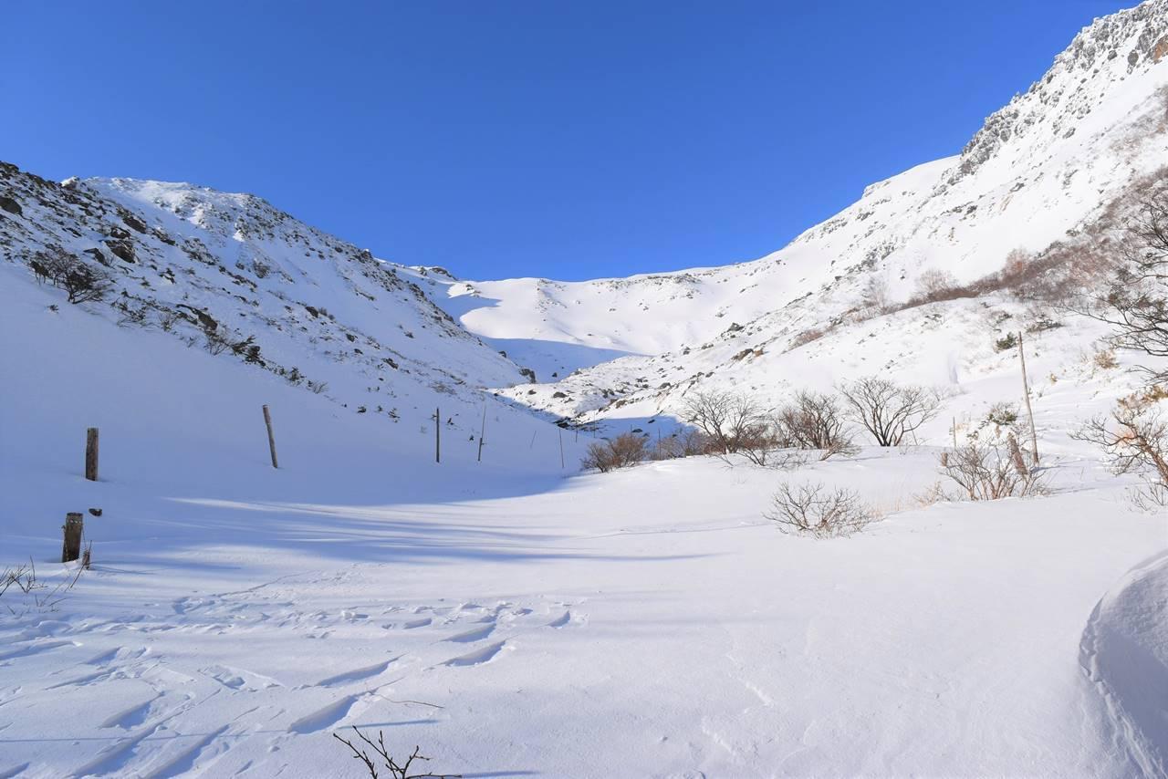 冬の安達太良山 くろがね小屋からの雪のカール風景