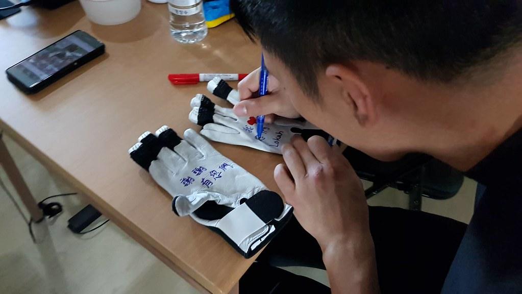 連德安在手套上寫下滿滿的感激。(連德安提供)