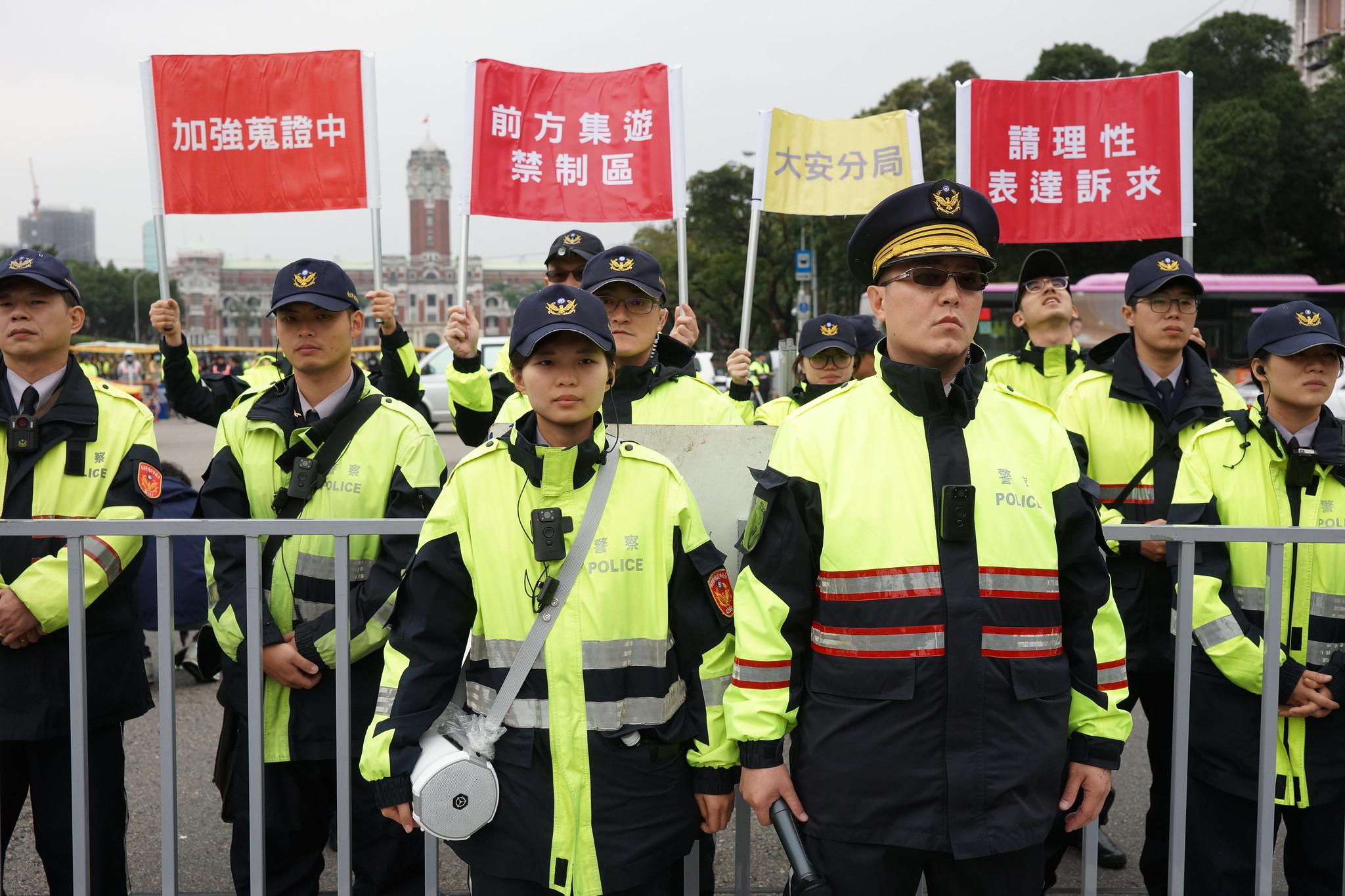 警方也有新招,模仿柯賜海在指揮官後手舉「加強蒐證中」等標語。(攝影:王顥中)