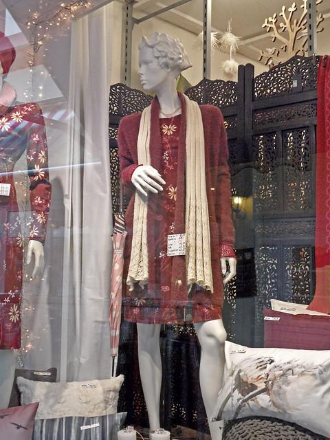 Schaufensterpuppe mit Kleid, Strickjacke und Spitzenschal