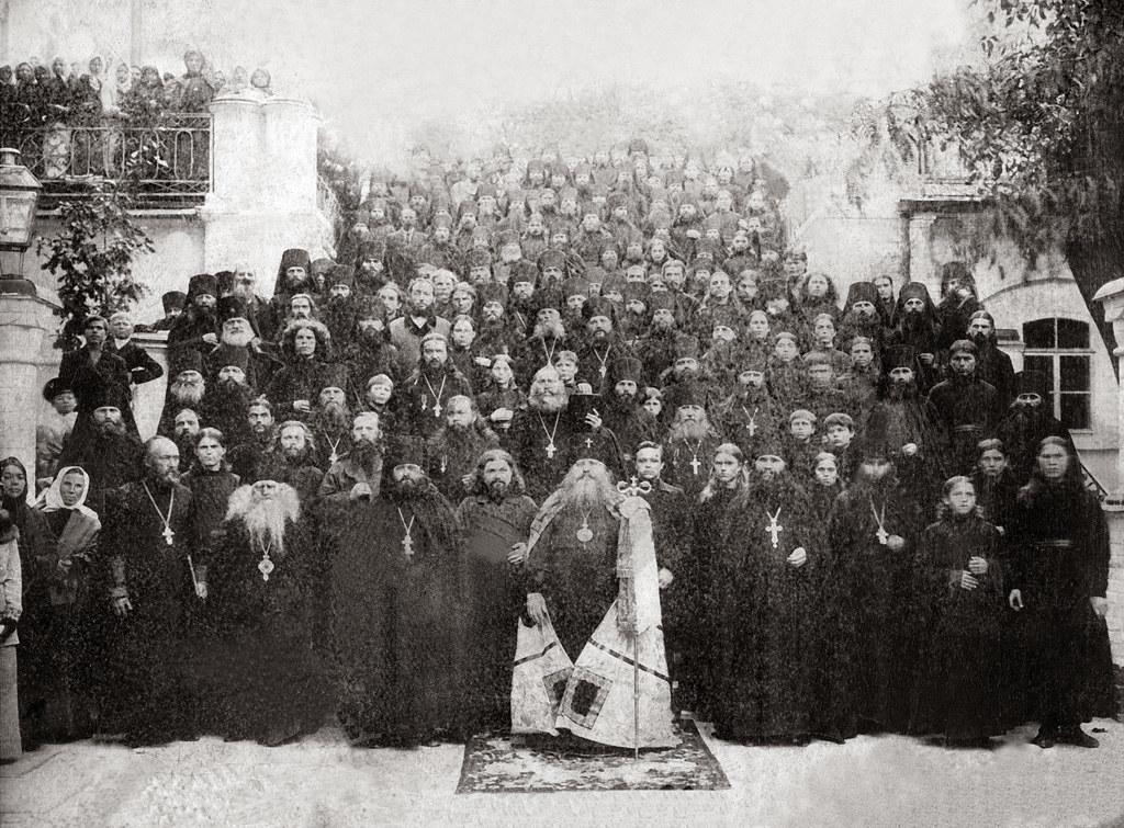 Архиеп. Антоний (Храповицкий) с братией Святогорской пустыни на ступенях лестницы Успенского собора