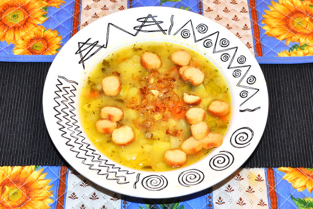 Kartoffelsuppe mit frischem Suppengrün, Gemüsebrühe und abgebräunten (= angebratenen) Zwiebeln, Brotcroûtons ... Foto: Brigitte Stolle