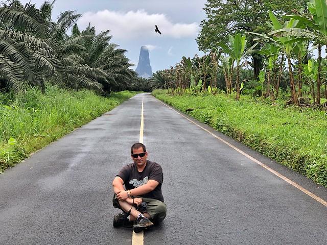 Sele sentado en la carretera con el Cao Grande de fondo (Santo Tomé y Príncipe)