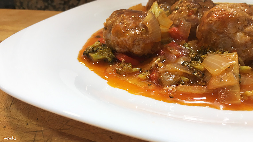 albóndigas en salsa con brócoli
