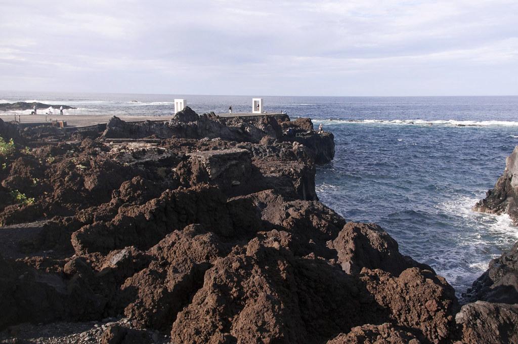 białe rzeźby w porcie Garachico, brązowe skały na pierwszym planie