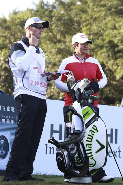 曾雅妮(圖右)目前暫居第二,教練首次充當她桿弟。(日立慈善盃女子高爾夫菁英賽提供)