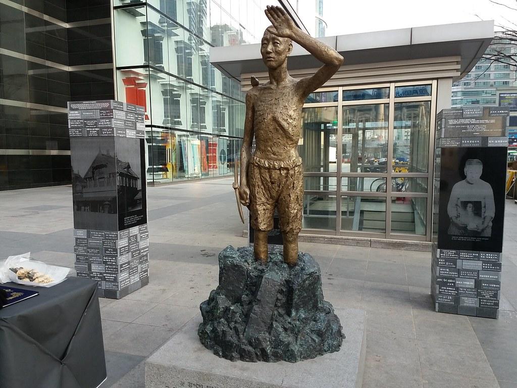 位於龍山車站廣場的被日強徵勞工像。(攝影:張智琦)