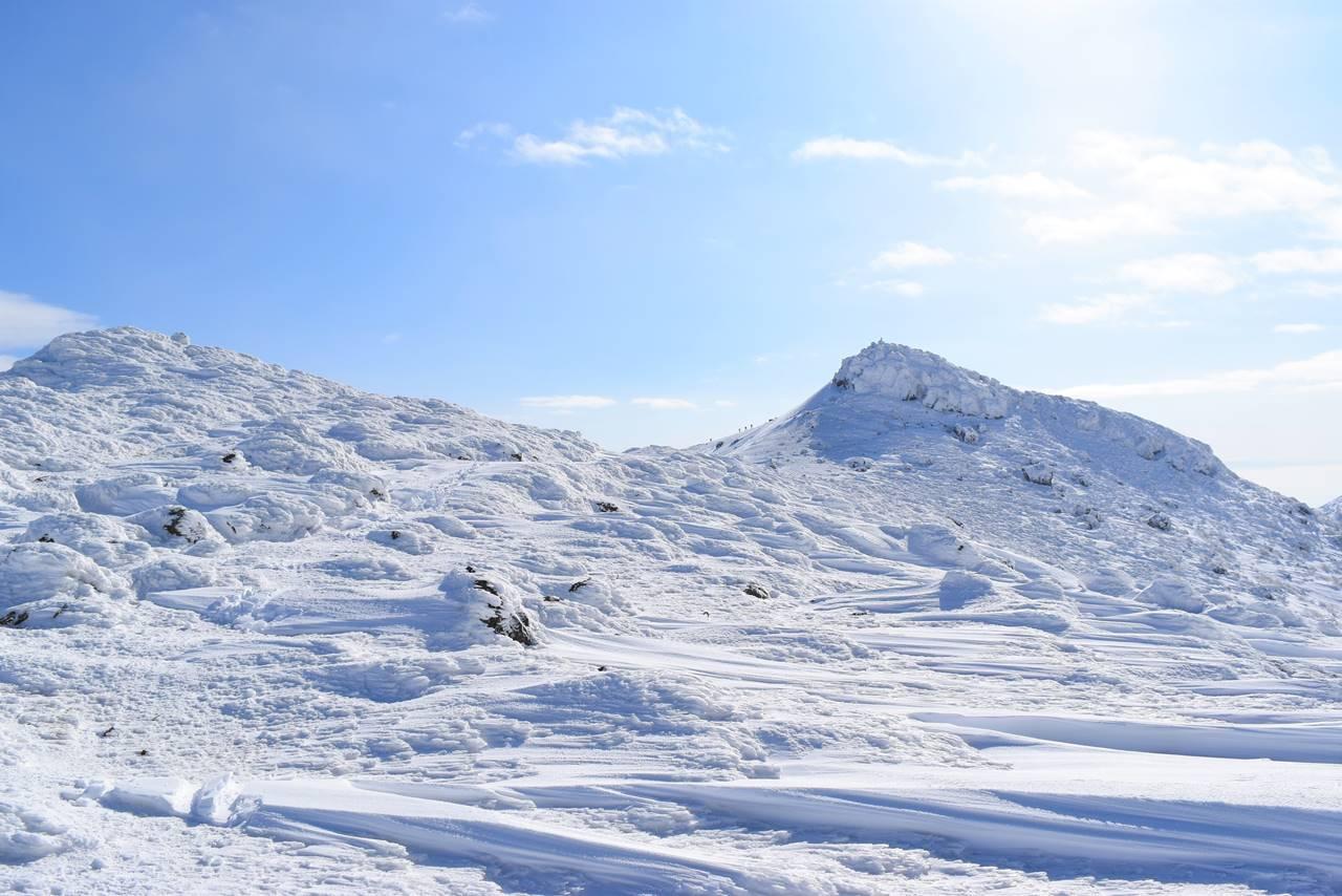 牛の背から眺める冬の安達太良山