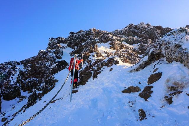 冬の地蔵尾根 雪の岩場と手すり
