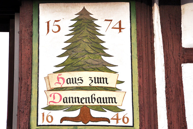 Ladenburg am Neckar - Architektur, alte Gemäuer, Gebäude, Häuser ... Kunst am Bau, Häuserdetails, Figuren, Wappen ... Roter und beiger Sandstein aus der Region ... Fotos: Brigitte Stolle 2018