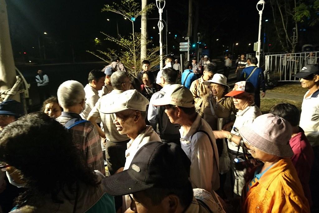 反對掩埋場設置民眾一直等到夜晚降臨,大會決議補件再審令他們不滿,但仍向自救會代表道加油下次再戰。攝影:李育琴