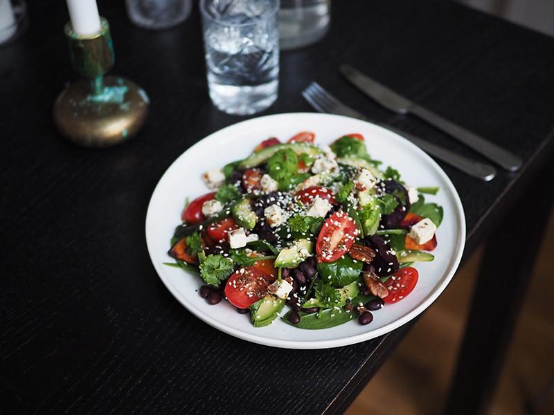 Salaattijuusto salaatti uunipaahdetuilla juureksilla