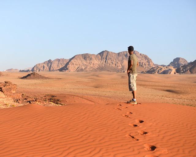 Contemplando desde lo alto de las dunas los paisajes de Wadi Rum, uno de los desiertos más bonitos del mundo