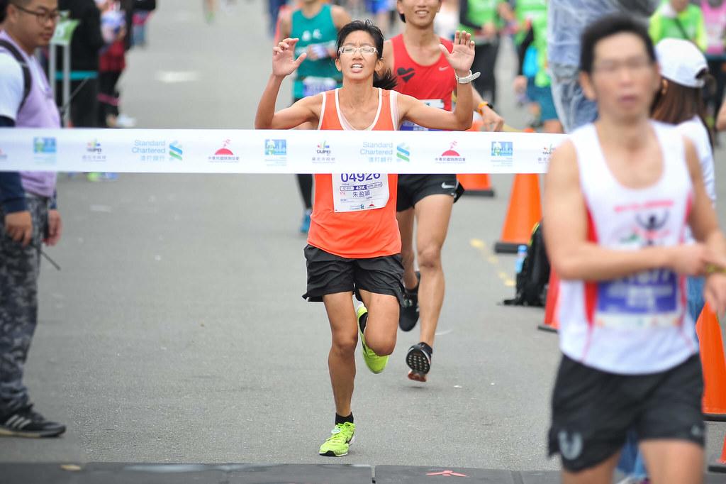 全程馬拉松女子組冠軍由朱盈穎跑出3小時3分54秒摘下后冠。(2018台北渣打馬提供)