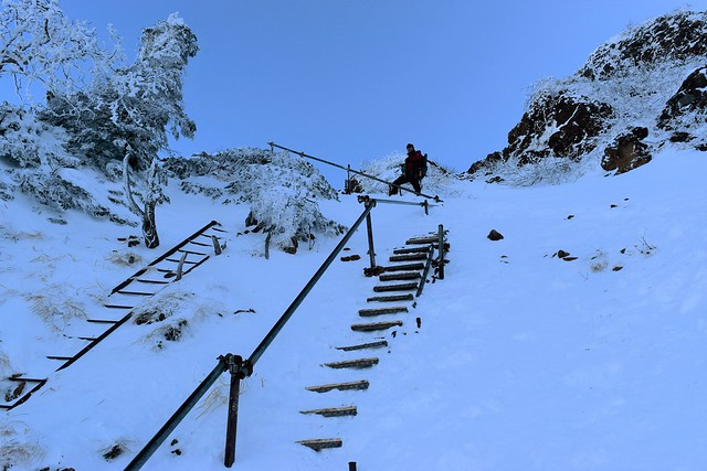 冬の赤岳登山 雪で埋まる地蔵尾根の階段
