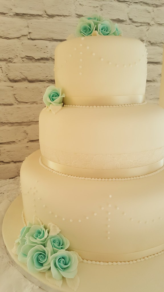 Cannaboe classic ivory piped and lace detail wedding cake | Flickr