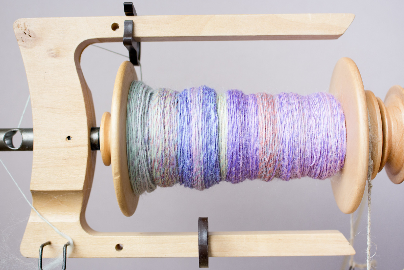 spinning pastel fibre on the spinning wheel bobbon