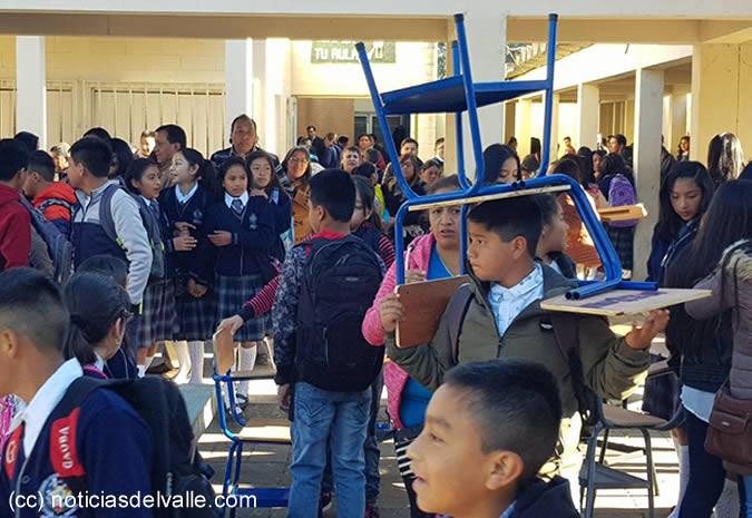 La falta de escritorios, maestros y aulas marcaron el primer día de clases