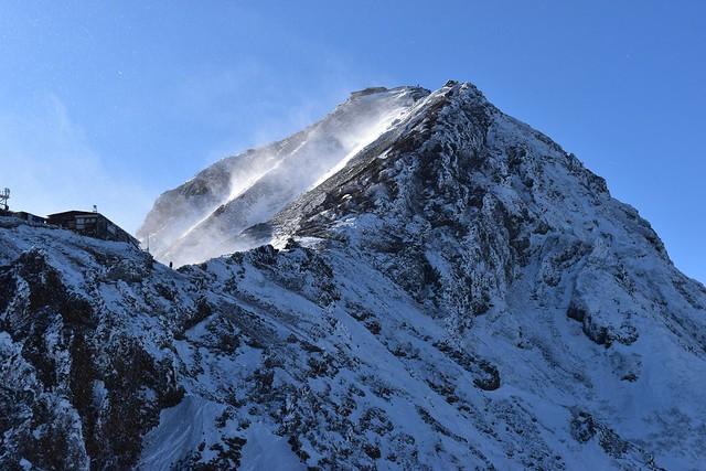 強風の冬の赤岳