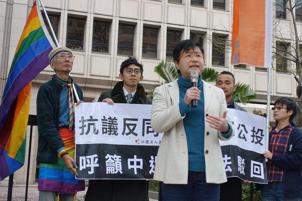 同志團體在聽證會場外呼籲中選會駁回反同婚公投。(攝影:張智琦)