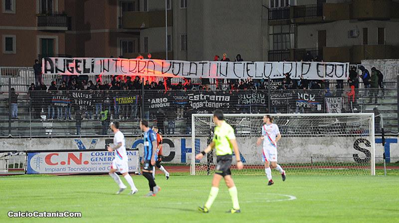 Lo striscione in memoria delle vittime dell'esplosione di una palazzina in Via Garibaldi a Catania