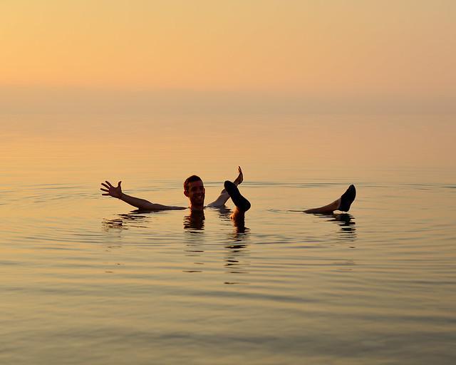 Así es flotar en el Mar Muerto con manos y pies arriba