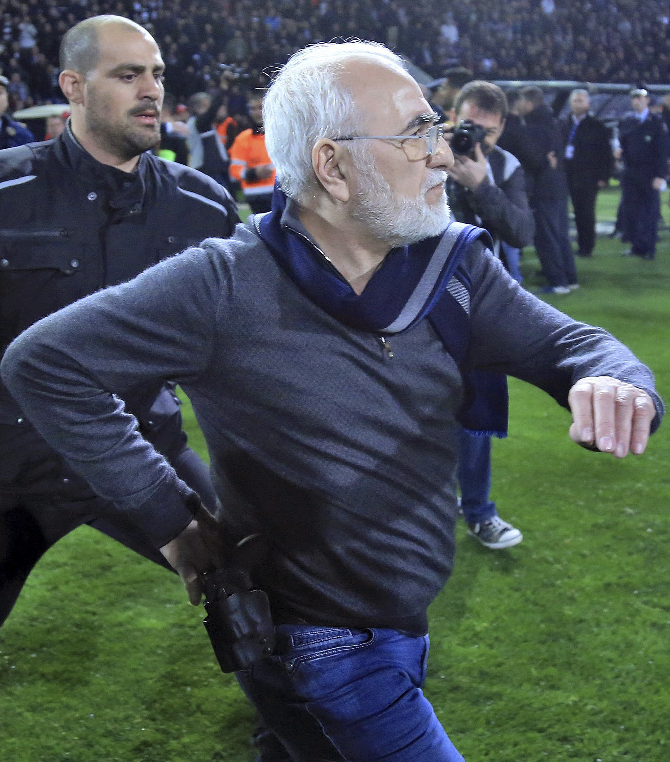 Ivan Savvidis帶槍衝進球場中。(達志影像)