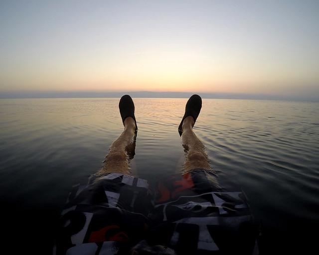 Mis pies flotando en el Mar Muerto al atardecer
