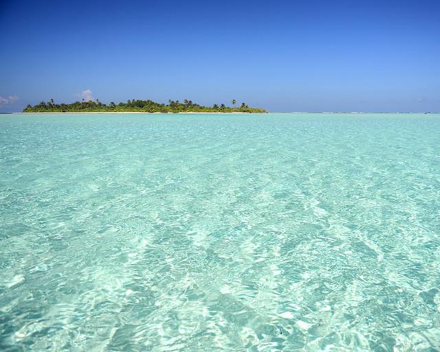 Una isla en mitad de una piscina natural de Maldivas