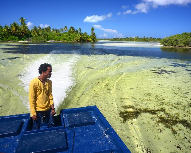 El capitán de nuestra barca mientras recorríamos algunas de las mejores playas e islas de Maldivas