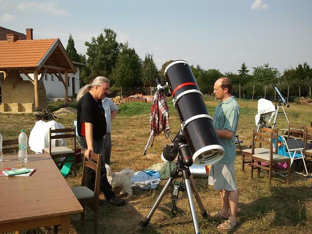 VCSE - ifj. és id. Dénes Lajos és Csizmadia Szilárd vesz részt a VCSE 250/1200-as Newton-távcsöve mellett (EQ-6-os GoTo-s mechanika) egy kis távcsöves megbeszélésen (Szentkozmadombja, 2014-es tábor)